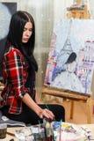 Jong meisje die op canvas trekken Stock Afbeelding
