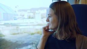 Jong meisje die op celtelefoon spreken op de trein stock video
