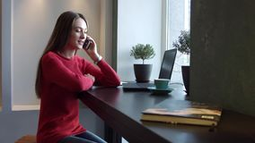 Jong Meisje die op de Telefoon in een Koffie spreken stock videobeelden