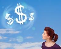 Jong meisje die op de wolken van het dollarteken op blauwe hemel richten Royalty-vrije Stock Foto's