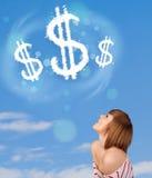 Jong meisje die op de wolken van het dollarteken op blauwe hemel richten Stock Foto's