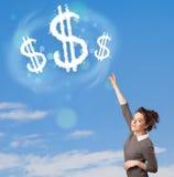 Jong meisje die op de wolken van het dollarteken op blauwe hemel richten Stock Fotografie