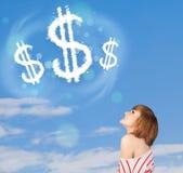 Jong meisje die op de wolken van het dollarteken op blauwe hemel richten Royalty-vrije Stock Afbeeldingen