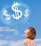 Jong meisje die op de wolken van het dollarteken op blauwe hemel richten Stock Afbeelding
