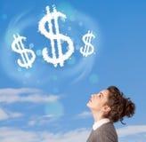 Jong meisje die op de wolken van het dollarteken op blauwe hemel richten Royalty-vrije Stock Afbeelding