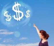 Jong meisje die op de wolken van het dollarteken op blauwe hemel richten Stock Foto