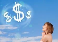 Jong meisje die op de wolken van het dollarteken op blauwe hemel richten Royalty-vrije Stock Foto