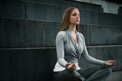 Jong meisje die op treden mediteren Royalty-vrije Stock Foto