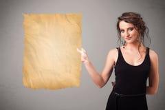 Jong meisje die oude document exemplaarruimte voorstellen Royalty-vrije Stock Foto's