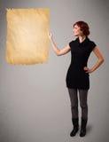 Jong meisje die oude document exemplaarruimte voorstellen stock afbeelding