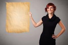 Jong meisje die oude document exemplaarruimte voorstellen royalty-vrije stock afbeeldingen