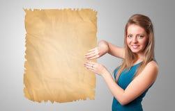 Jong meisje die oude document exemplaarruimte voorstellen royalty-vrije stock fotografie