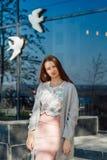 Jong meisje die rond de stad in Europa lopen stock foto