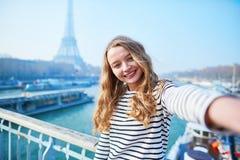 Jong meisje die selfie dichtbij de toren van Eiffel nemen royalty-vrije stock foto