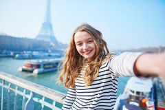 Jong meisje die selfie dichtbij de toren van Eiffel nemen stock afbeeldingen