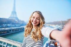 Jong meisje die selfie dichtbij de toren van Eiffel nemen stock foto's