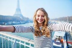 Jong meisje die selfie dichtbij de toren van Eiffel nemen royalty-vrije stock afbeelding
