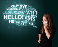 Jong meisje die telefonisch met woordwolk roepen Stock Afbeelding