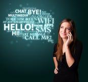 Jong meisje die telefonisch met woordwolk roepen Stock Foto's