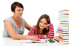 Meisje die die thuiswerk doen op witte achtergrond wordt geïsoleerd stock afbeelding