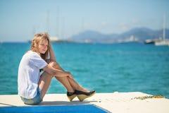 Jong meisje die van haar vakantie genieten door het overzees Stock Foto