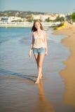 Jong meisje die van haar vakantie genieten door het overzees Royalty-vrije Stock Foto's
