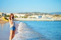 Jong meisje die van haar vakantie genieten door het overzees Stock Afbeeldingen