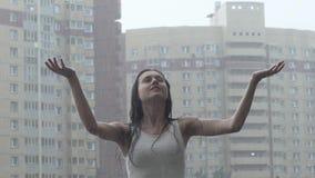 Jong Meisje die van Regen genieten stock videobeelden