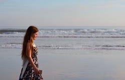 Jong meisje die van tijd op mooi strand genieten Stock Afbeeldingen