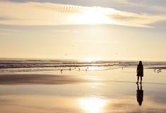 Jong meisje die van tijd op mooi strand genieten Stock Foto's