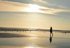 Jong meisje die van tijd op mooi strand genieten Stock Foto