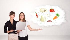 Jong meisje die voedingswolk met groenten voorstellen Royalty-vrije Stock Fotografie