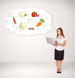 Jong meisje die voedingswolk met groenten voorstellen Stock Foto