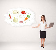 Jong meisje die voedingswolk met groenten voorstellen Stock Fotografie