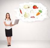 Jong meisje die voedingswolk met groenten voorstellen Royalty-vrije Stock Foto's