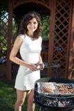 Jong meisje die voedsel voorbereiden Stock Fotografie
