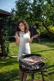 Jong meisje die voedsel voorbereiden Royalty-vrije Stock Afbeeldingen