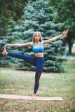 Jong meisje die yogaoefening in openlucht doen stock foto