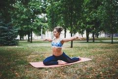 Jong meisje die yogaoefening in openlucht doen royalty-vrije stock foto's