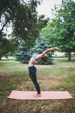 Jong meisje die yogaoefening in openlucht doen stock afbeeldingen