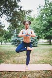 Jong meisje die yogaoefening in openlucht doen stock foto's