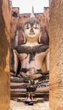 Jong meisje die in yogapositie mediteren in een Boeddhistische tempel stock foto's