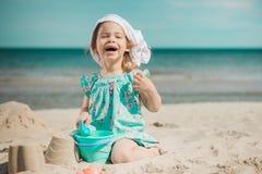 Jong meisje die zandkasteel op strand maken Royalty-vrije Stock Afbeelding