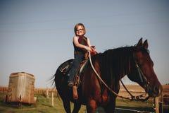 Jong meisje in dierlijk landbouwbedrijf Royalty-vrije Stock Afbeelding