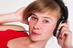 Jong meisje DJ dat aan de muziek luistert royalty-vrije stock afbeelding