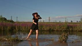 Jong meisje door de rivier stock video
