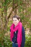 Jong meisje in een bos Royalty-vrije Stock Afbeeldingen