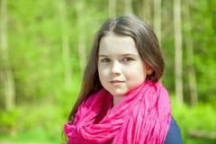 Jong meisje in een bos Royalty-vrije Stock Afbeelding