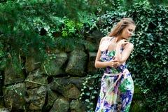 Jong meisje in een kleding Stock Afbeeldingen