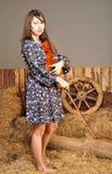 Jong meisje in een kleding met een viool Stock Afbeelding